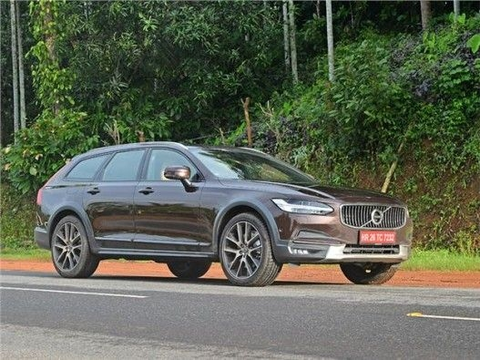 Volvo V90 Cross Country front three-quarter