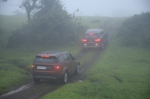 Land Rover Discovery vs Audi Q7 rear.