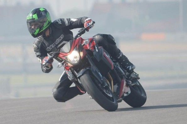 The 215kg weight can be felt while cornering.