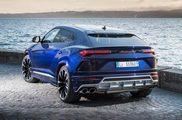 Large rear diffuser on the Urus.